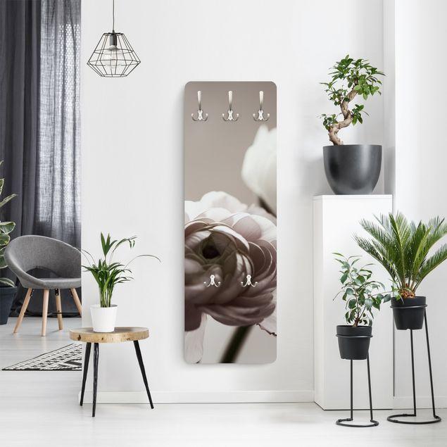 Garderobe - Dunkle Blüte im Fokus