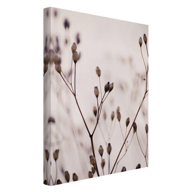 Leinwandbild - Dunkle Knospen am Wildblumenzweig - Hochformat 2:3