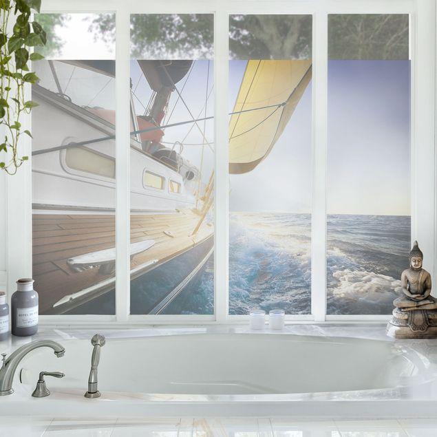 Fensterfolie - Sichtschutz Fenster Segelboot auf blauem Meer bei Sonnenschein - Blumen Fensterbilder