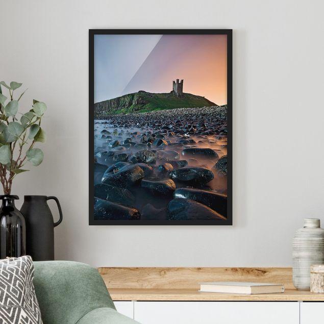 Bild mit Rahmen - Sonnenaufgang mit Nebel bei Dunstanburgh Castle - Hochformat 3:4
