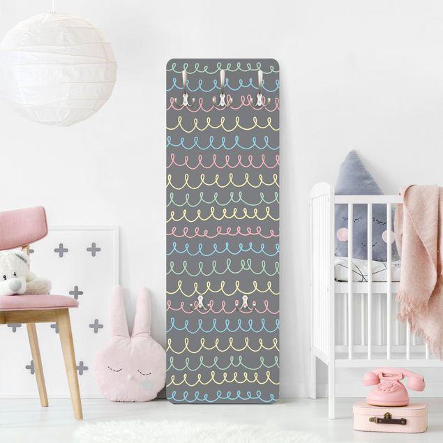 Garderobe - Gezeichnete Pastellfarbene Kringellinien auf Grau