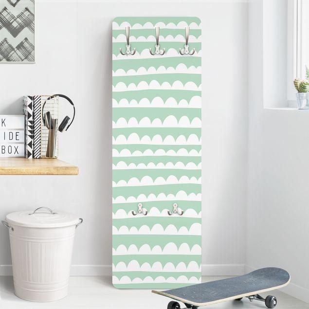Garderobe - Gezeichnete Weiße Wolkenbänder im Grünen Himmel