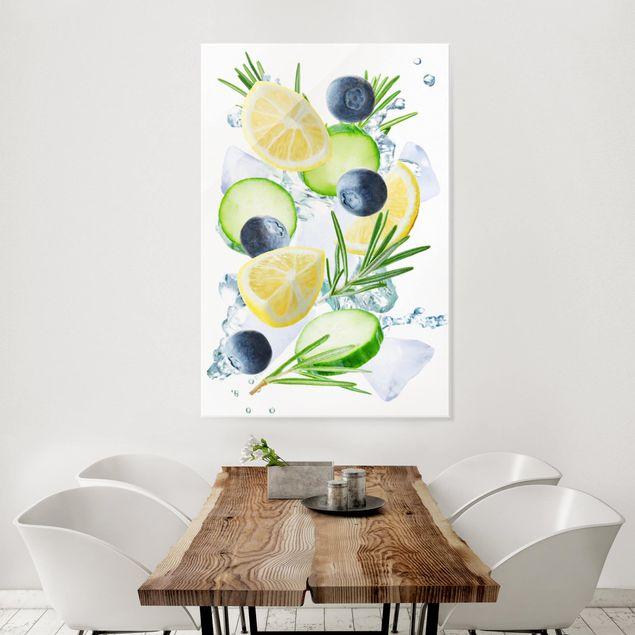 Glasbild - Blaubeeren Zitronen Eiswürfel Spash - Hochformat 2:3