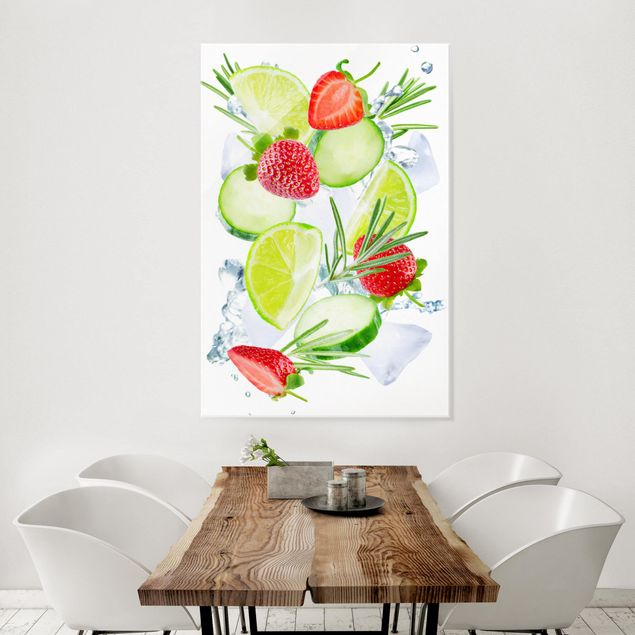 Glasbild - Erdbeeren Limetten Eiswürfel Splash - Hochformat 2:3