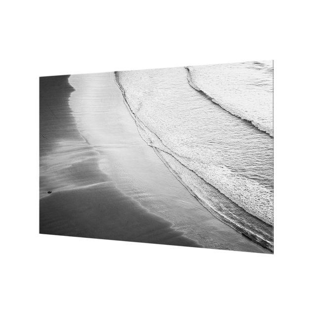 Spritzschutz Glas - Leichter Wellengang am Strand Schwarz Weiß - Querformat 3:2