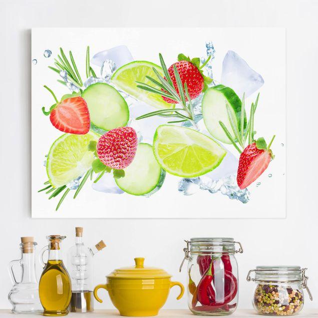 Leinwandbild - Erdbeeren Limetten Eiswürfel Splash - Querformat 4:3
