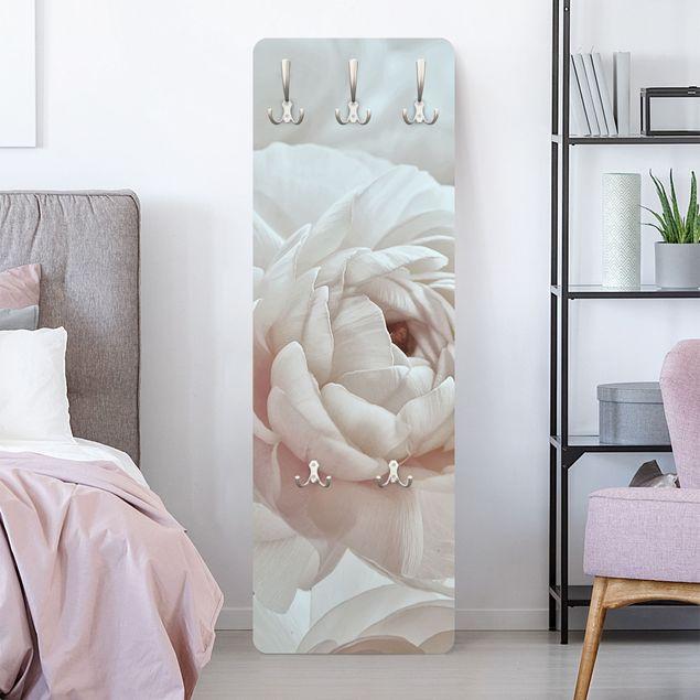 Garderobe - Weiße Blüte im Blütenmeer