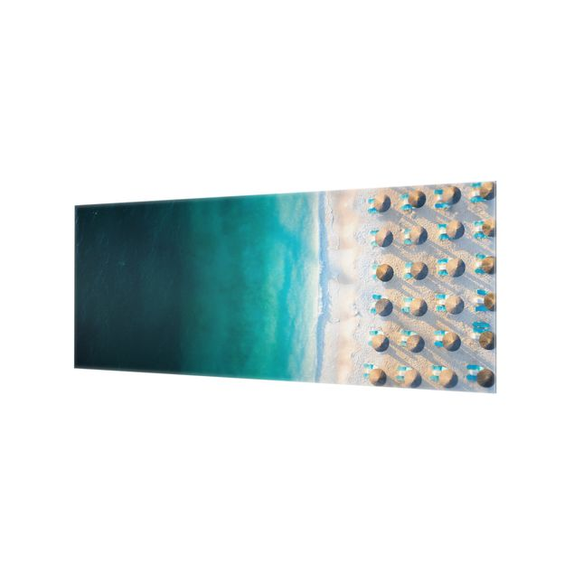 Spritzschutz Glas - Weißer Sandstrand mit Strohschirmen - Panorama 5:2